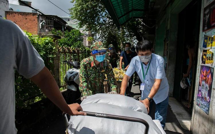 Hàng trăm hộ dân ở vùng vàng quận Phú Nhuận nhận túi quà an sinh ảnh 7