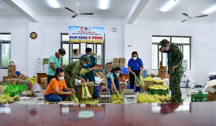 Hàng trăm hộ dân ở vùng vàng quận Phú Nhuận nhận túi quà an sinh ảnh 9