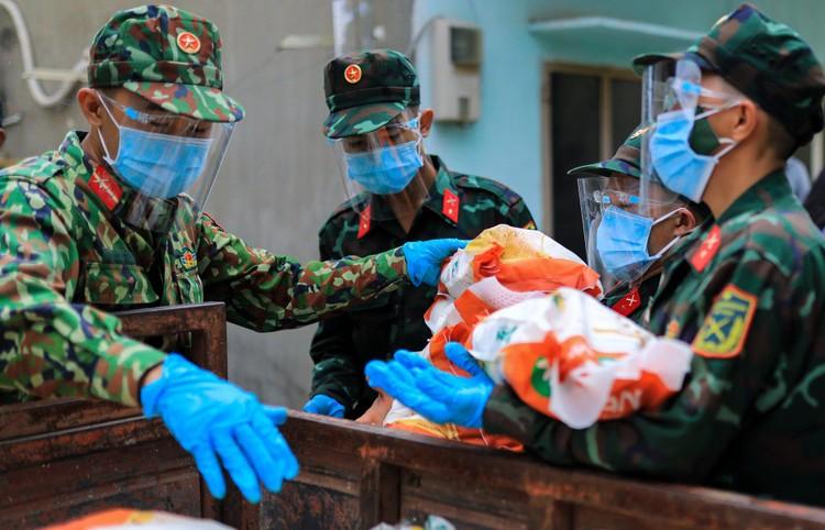 Bộ đội len lỏi sâu trong hẻm, gõ cửa trao gạo cho người dân ở TP.HCM ảnh 2