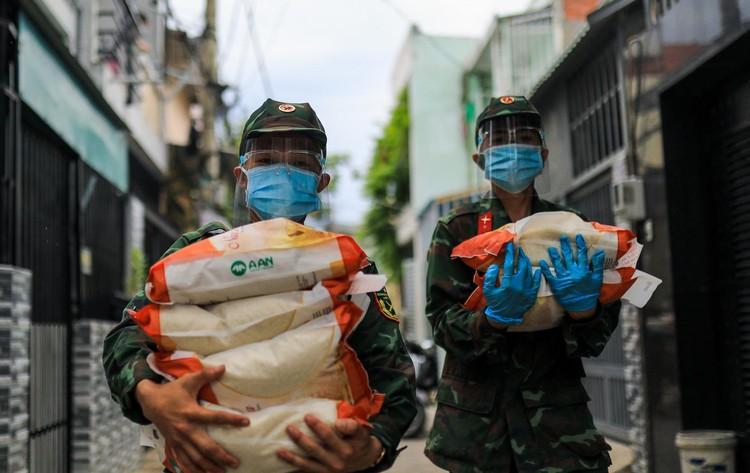 Bộ đội len lỏi sâu trong hẻm, gõ cửa trao gạo cho người dân ở TP.HCM ảnh 3
