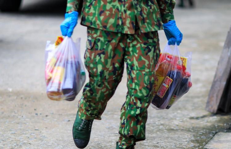 Bộ đội len lỏi sâu trong hẻm, gõ cửa trao gạo cho người dân ở TP.HCM ảnh 4