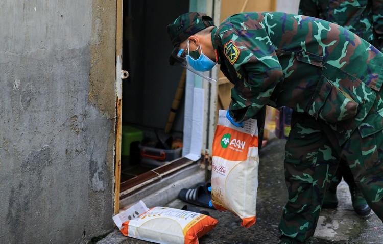 Bộ đội len lỏi sâu trong hẻm, gõ cửa trao gạo cho người dân ở TP.HCM ảnh 5