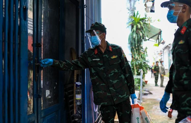 Bộ đội len lỏi sâu trong hẻm, gõ cửa trao gạo cho người dân ở TP.HCM ảnh 6