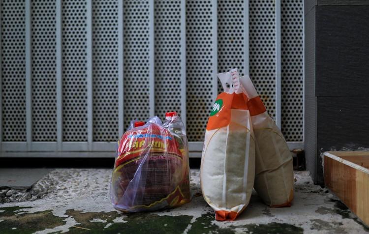 Bộ đội len lỏi sâu trong hẻm, gõ cửa trao gạo cho người dân ở TP.HCM ảnh 7