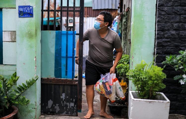 Bộ đội len lỏi sâu trong hẻm, gõ cửa trao gạo cho người dân ở TP.HCM ảnh 8