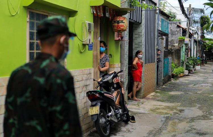 Bộ đội len lỏi sâu trong hẻm, gõ cửa trao gạo cho người dân ở TP.HCM ảnh 9