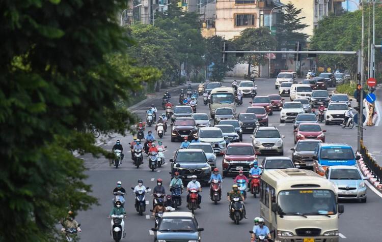 Đường phố Hà Nội đông đúc phương tiện sáng 30/8 ảnh 2