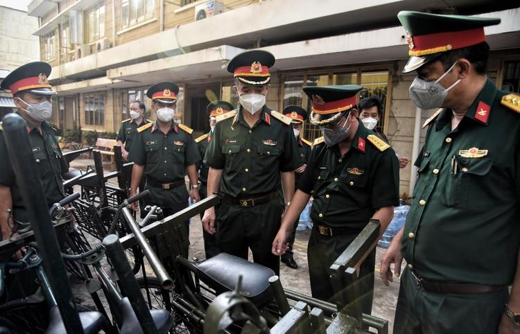 Bộ đội dùng xe đạp thồ đưa thực phẩm vào ngõ hẻm TP.HCM ảnh 1