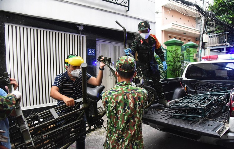 Bộ đội dùng xe đạp thồ đưa thực phẩm vào ngõ hẻm TP.HCM ảnh 2