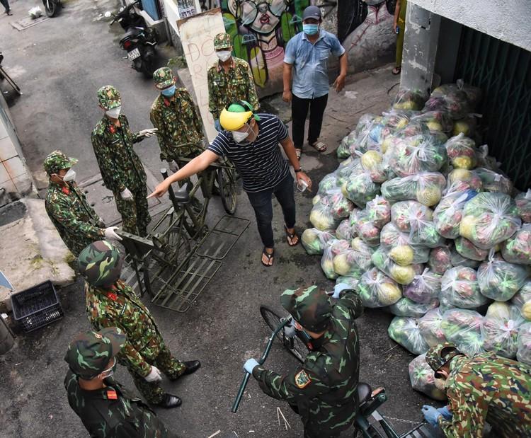 Bộ đội dùng xe đạp thồ đưa thực phẩm vào ngõ hẻm TP.HCM ảnh 3