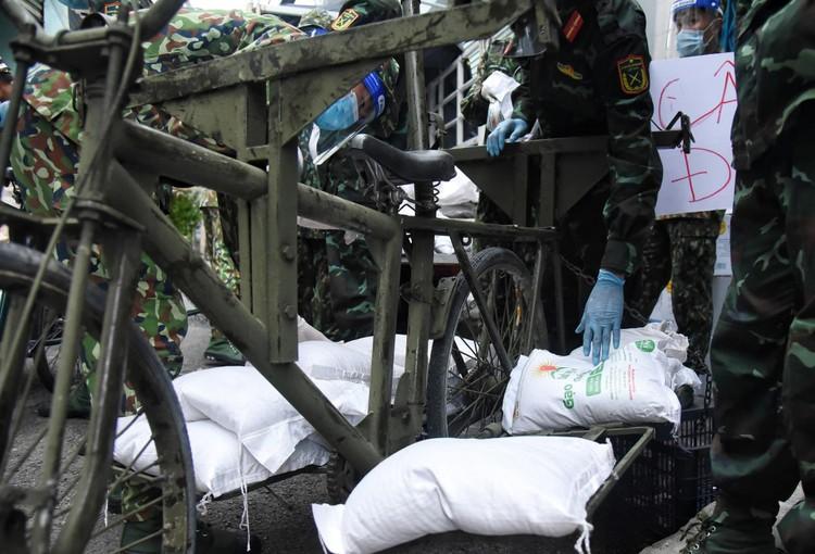 Bộ đội dùng xe đạp thồ đưa thực phẩm vào ngõ hẻm TP.HCM ảnh 4