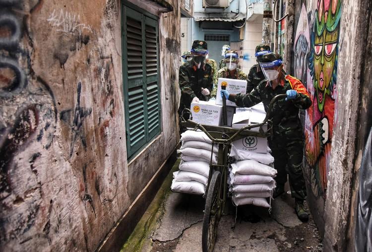 Bộ đội dùng xe đạp thồ đưa thực phẩm vào ngõ hẻm TP.HCM ảnh 5