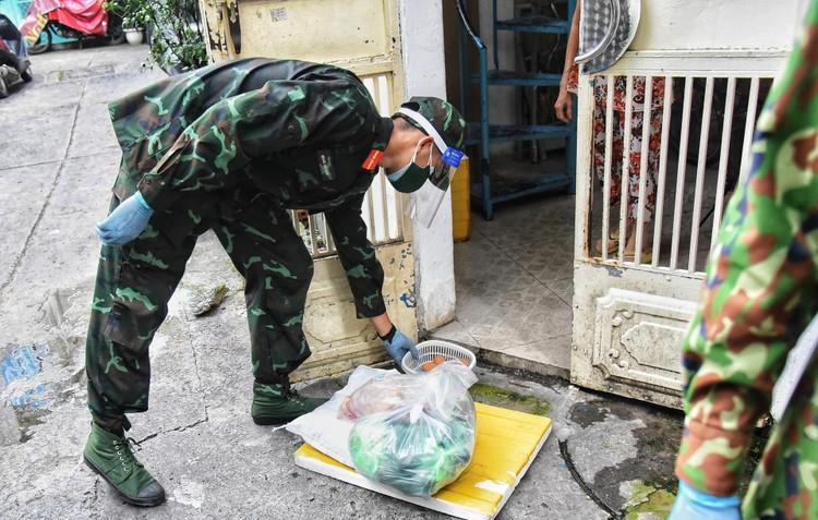 Bộ đội dùng xe đạp thồ đưa thực phẩm vào ngõ hẻm TP.HCM ảnh 6