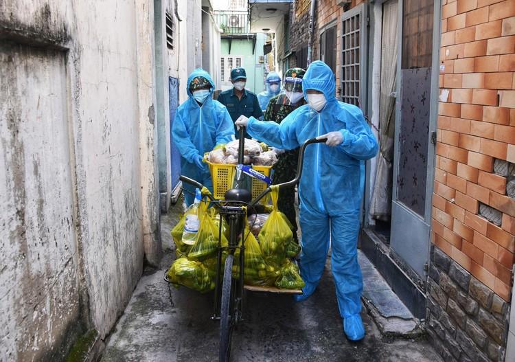 Bộ đội dùng xe đạp thồ đưa thực phẩm vào ngõ hẻm TP.HCM ảnh 7