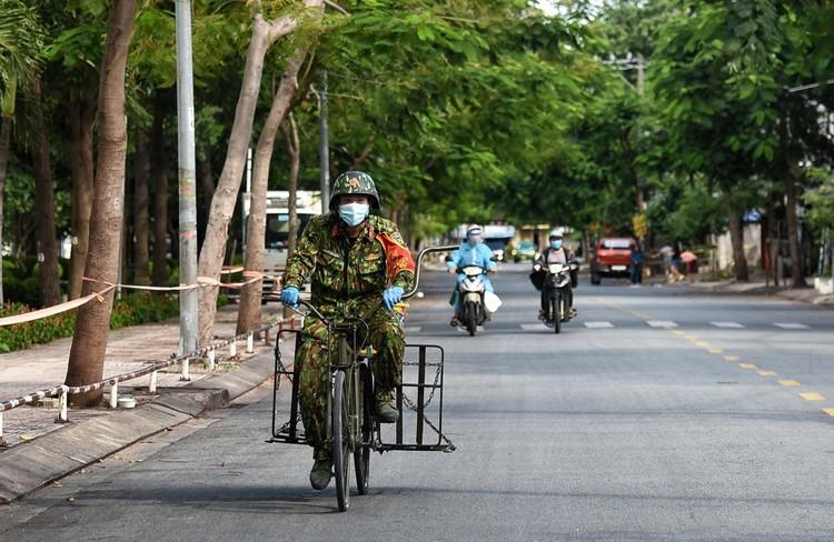 Bộ đội dùng xe đạp thồ đưa thực phẩm vào ngõ hẻm TP.HCM ảnh 9