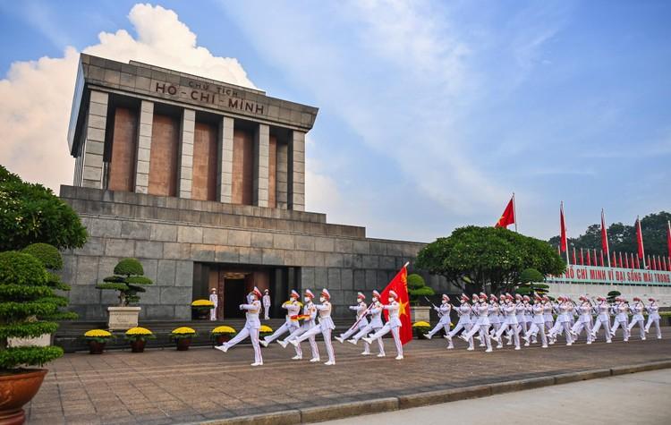 Lễ thượng cờ mừng Quốc khánh ở Lăng Chủ tịch Hồ Chí Minh ảnh 8