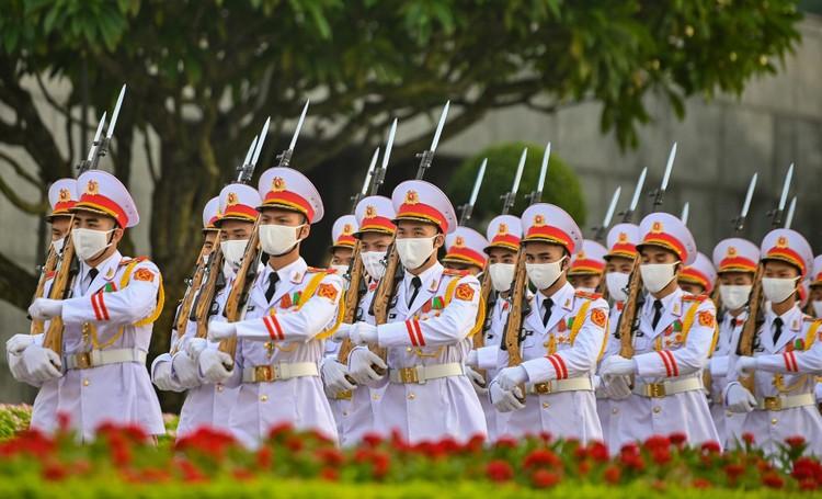 Lễ thượng cờ mừng Quốc khánh ở Lăng Chủ tịch Hồ Chí Minh ảnh 9