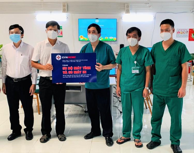 Trao tặng 100 bộ máy tính và 100 máy in cho Trung tâm Hồi sức tích cực người bệnh Covid-19 ảnh 1