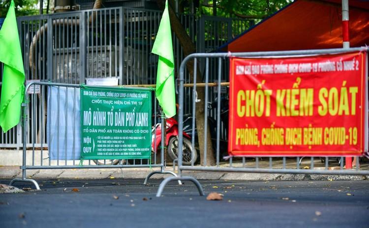 30 chốt chặn cứng ngăn người dân vào vùng dịch ở Hà Nội ảnh 1
