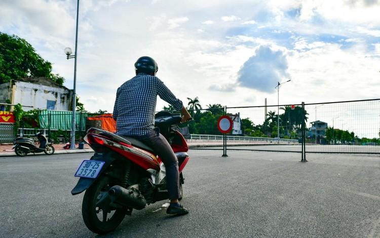 30 chốt chặn cứng ngăn người dân vào vùng dịch ở Hà Nội ảnh 2