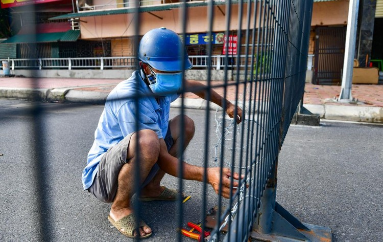 30 chốt chặn cứng ngăn người dân vào vùng dịch ở Hà Nội ảnh 3