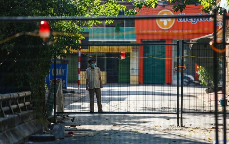 30 chốt chặn cứng ngăn người dân vào vùng dịch ở Hà Nội ảnh 4