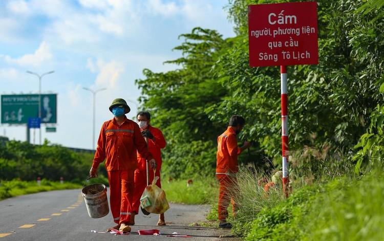 30 chốt chặn cứng ngăn người dân vào vùng dịch ở Hà Nội ảnh 8
