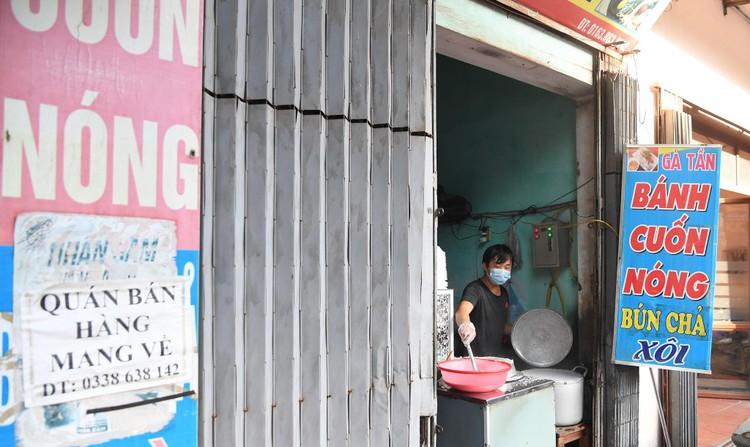Hà Nội: Ùn tắc phương tiện ở chốt vùng đỏ, mở lại hàng quán tại vùng xanh ảnh 1