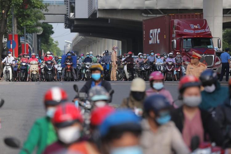 Hà Nội: Ùn tắc phương tiện ở chốt vùng đỏ, mở lại hàng quán tại vùng xanh ảnh 14
