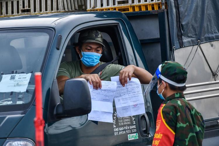 TP. Thủ Dầu Một trong ngày đầu kiểm soát 'thẻ thông hành vaccine' ảnh 2