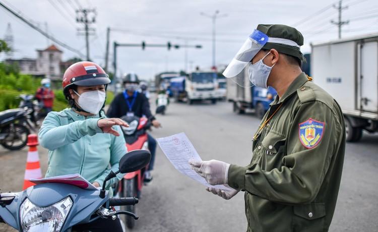 TP. Thủ Dầu Một trong ngày đầu kiểm soát 'thẻ thông hành vaccine' ảnh 3