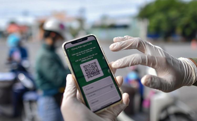 TP. Thủ Dầu Một trong ngày đầu kiểm soát 'thẻ thông hành vaccine' ảnh 4