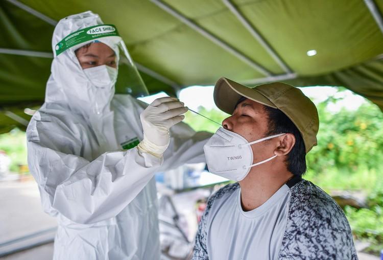 TP. Thủ Dầu Một trong ngày đầu kiểm soát 'thẻ thông hành vaccine' ảnh 6
