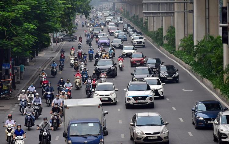 Sáng đầu tuần, đường Hà Nội lại đông đúc xe cộ ảnh 1