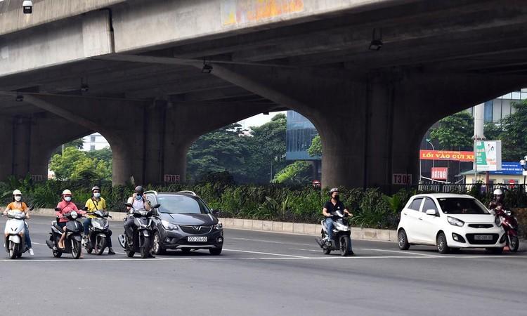 Sáng đầu tuần, đường Hà Nội lại đông đúc xe cộ ảnh 11
