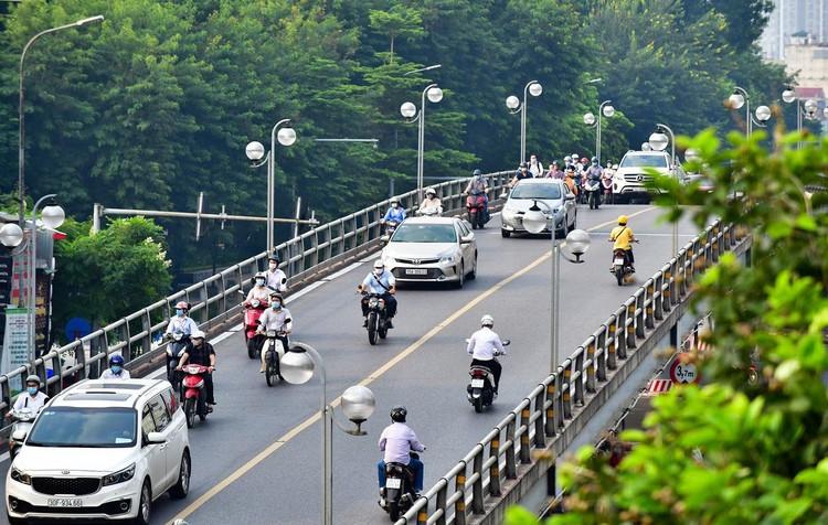 Sáng đầu tuần, đường Hà Nội lại đông đúc xe cộ ảnh 13