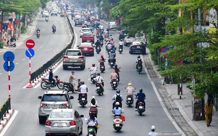 Sáng đầu tuần, đường Hà Nội lại đông đúc xe cộ ảnh 14