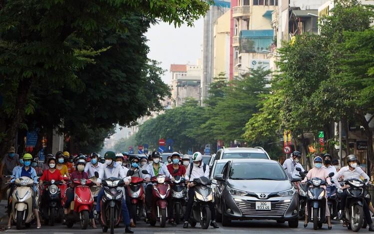 Sáng đầu tuần, đường Hà Nội lại đông đúc xe cộ ảnh 2