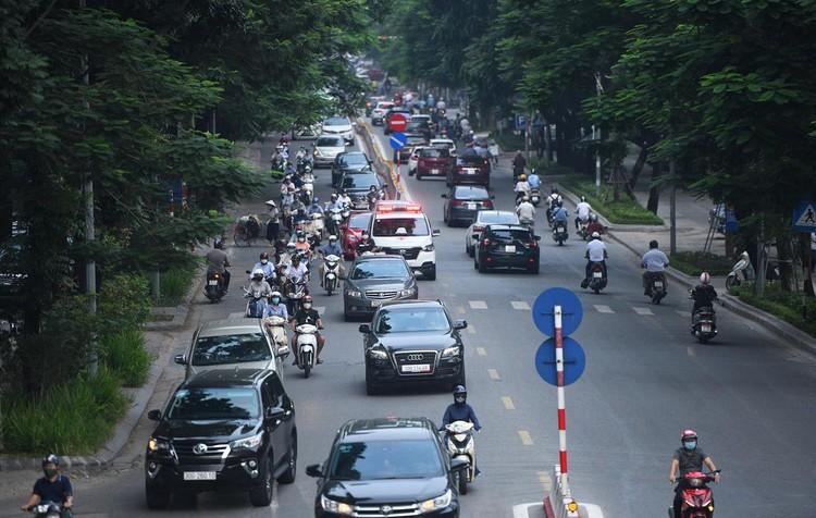 Sáng đầu tuần, đường Hà Nội lại đông đúc xe cộ ảnh 3