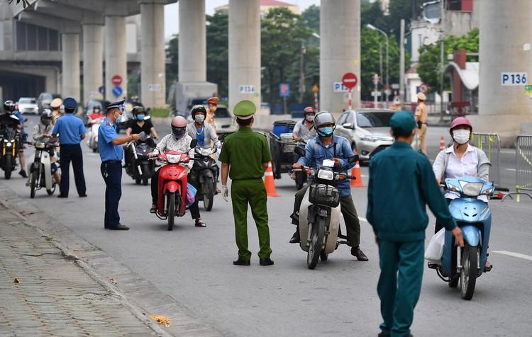 Sáng đầu tuần, đường Hà Nội lại đông đúc xe cộ ảnh 4