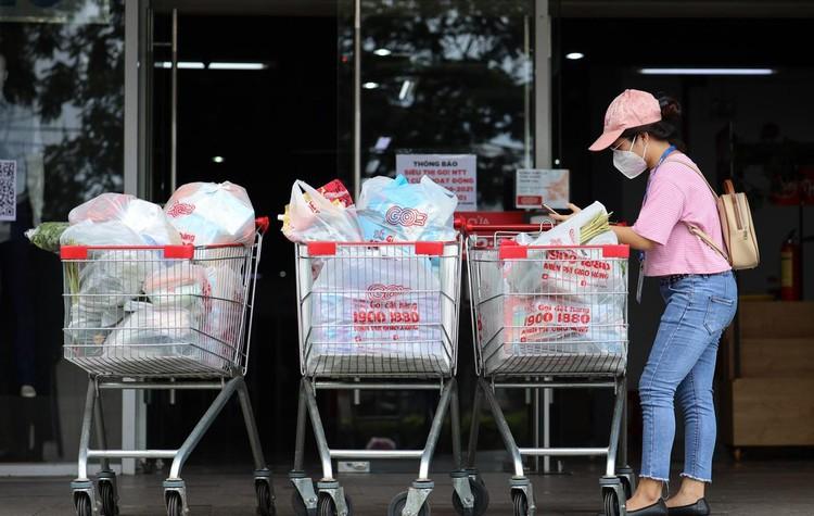 Ngày đầu người dân Quận 7 đi siêu thị theo phiếu ảnh 13
