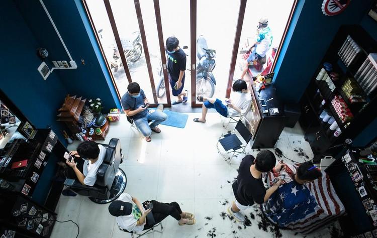 Người Hà Nội đổ xô đi cắt tóc ảnh 1