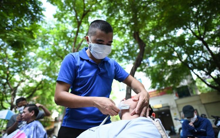 Người Hà Nội đổ xô đi cắt tóc ảnh 10