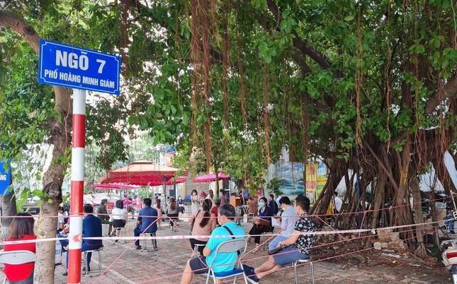 Hình ảnh dân Hà Nội đổ xô làm thủ tục nhà đất ngày đầu nới giãn cách ảnh 12