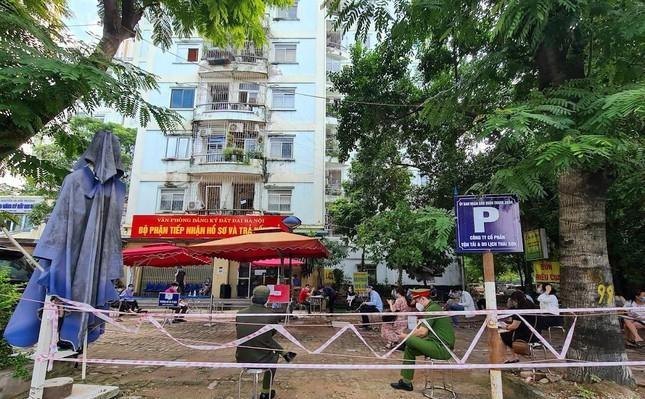 Hình ảnh dân Hà Nội đổ xô làm thủ tục nhà đất ngày đầu nới giãn cách ảnh 4