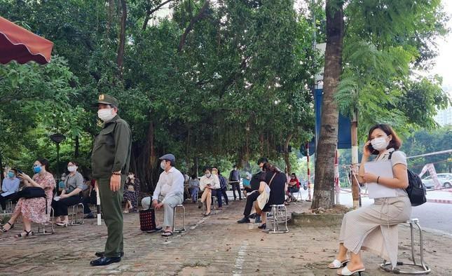 Hình ảnh dân Hà Nội đổ xô làm thủ tục nhà đất ngày đầu nới giãn cách ảnh 7