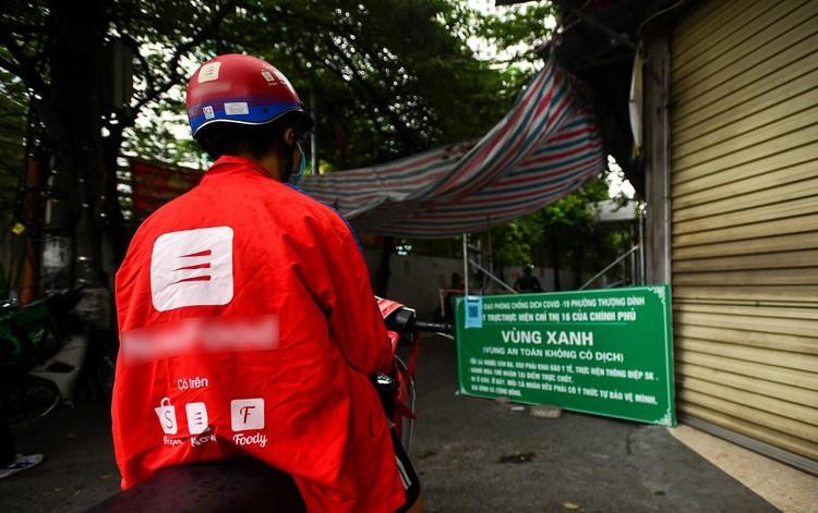 Shipper xuất hiện đông trở lại tại các tòa nhà, quán ăn ở Hà Nội ảnh 9