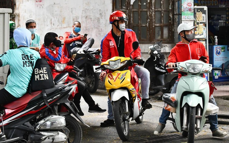Shipper xuất hiện đông trở lại tại các tòa nhà, quán ăn ở Hà Nội ảnh 1