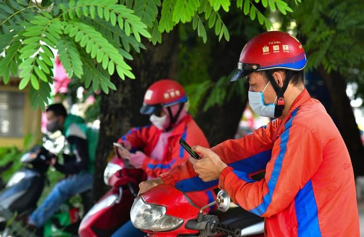 Shipper xuất hiện đông trở lại tại các tòa nhà, quán ăn ở Hà Nội ảnh 2