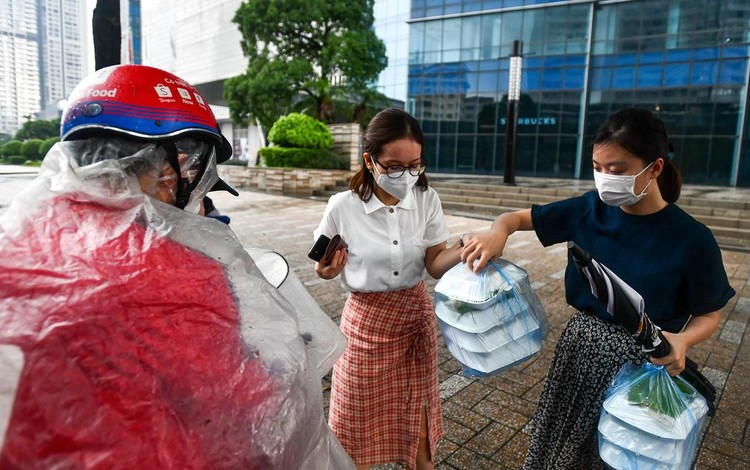 Shipper xuất hiện đông trở lại tại các tòa nhà, quán ăn ở Hà Nội ảnh 4